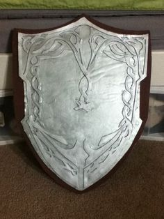 How to Make a Shield (Costume/Theater/Cosplay): This is the basic process of how to make a shield from foam board and craft foam. The methods can be used on cardboard as well. Lady Sif 's shield from Thor 2 will be our reference point. Cosplay Weapons, Cosplay Armor, Cosplay Diy, Halloween Cosplay, Cosplay Ideas, Halloween Ii, Costume Tutorial, Cosplay Tutorial, Diy Costumes