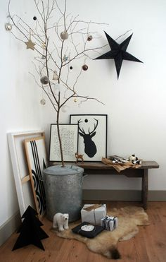 5 Christmas Home Decorating Trends Monochrome modern Christmas decorations with alternative Christmas tree The post 5 Christmas Home Decorating Trends appeared first on Design Diy. Minimal Christmas, Modern Christmas Decor, Christmas Trends, Christmas Decorations For The Home, Noel Christmas, Scandinavian Christmas, Xmas Decorations, Christmas Inspiration, White Christmas