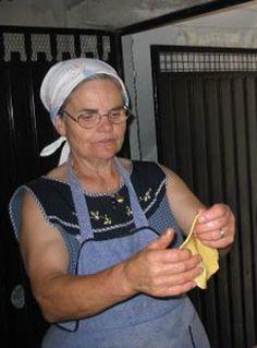 RECEITA - Doce - Filhós da Beira Baixa Portuguese Food, Portuguese Recipes, Cake Recipes, Bread, Rotisserie Chicken, Tasty Food Recipes, Food Cakes, Cuisine, World