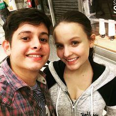 """""""Depois de uma gravação noturna  #meus15anosofilme #mqaofilme """" .Larissa Manoela posando com um figurante . Via Instagram"""
