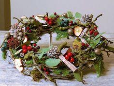 De feestdagen komen er weer aan en dat betekent dat het tijd wordt om het thuis weer gezellig te maken. Een kerstkrans is een makkelijk te maken creatie die er tegelijkertijd ontzettend mooi uitziet in huis. Door de juiste ingrediënten te gebruiken kun je een geur geven aan je kerstkrans. Denk hierbij aan