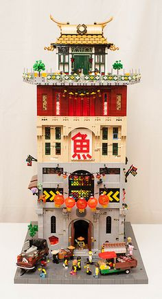 There are layers of building goodness in this multi-storey fish market by Glaz Pimpur. Classic Architecture, Lego Architecture, Lego Movie Sets, Lego Display, Building Drawing, All Lego, Lego Modular, Cool Lego Creations, Lego Worlds