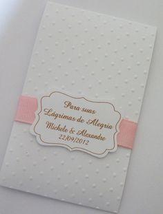 POCKET LENÇO - ORIGINAL  Porta Lenco de papel de bolso  Tag personalizada  Fita gorgurao cor a escolher  Papel com textura poá  Incluso 2 lencinhos de papel de bolso  Pedido minimo 30 unidades
