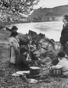 August Sander (Herdorf, 17 novembre 1876 – Colonia, 20 aprile 1964): Germany. A nomadic Romani family at Moselle.  1931