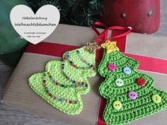 Du brauchst noch einen Geschenk-Anhänger mit einem bunten ++ weihnachtlichen Motiv? Dann häkle jetzt den kleinen Weihnachtsbaum. Das schaffen auch Anfänger.