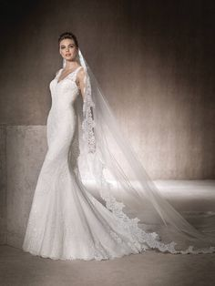 MARLENE is a mermaid wedding dress with a very romantic design and a V-neckline. Tulle dress with lace, guipure and gemstone embroidery.