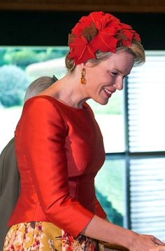 Fabienne Delvigne | Royal Hats: Queen Mathilde stood out in a new brown wool casque style headpiece covered in red-orange and brown maple leaves. Dutch Queen, Queen Silvia, Queen Dress, Royal House, Bandana, Celebs, Celebrities, Elegant Outfit, Royal Fashion