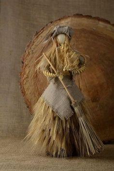 Corn Husk Crafts, Pagan Yule, Corn Dolly, Corn Husk Dolls, Straw Art, Dream Catcher Native American, Deco Nature, Kitchen Witch, Vinyl Crafts
