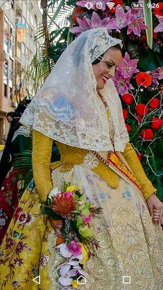 Indumentaria para l'ofrena. Traditional Fashion, Spanish Style, Embroidery Patterns, Tatting, Disney Characters, Fictional Characters, Aurora Sleeping Beauty, Disney Princess, Creative