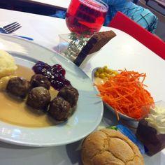 Skagenröra kavring Xxx Köttbullar med potatismos  Xxx Sallad, smör och bröd Xxx Chokladmousse med grädde Kaffe med mjölk  Totalt 43 kr på Ikea