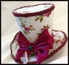 Neue Größe Einführung von unserem etwas größeren Mini Top Hat  Hergestellt aus Vintage rose bedruckter Baumwolle und geschnitten und dekoriert in Schattierungen von Burgund. Burgund-Bogen erfolgt mit Satinbänder.  Diese Schönheit misst 5 Zoll (12cm) groß und hat eine kreisförmige kabelgebundene Krempe 6 Zoll Breite (15cm). Draht in die Krempe ermöglicht eine schöne Krümmung  Hut befestigt mit 2 x 55mm Krokoklemmen