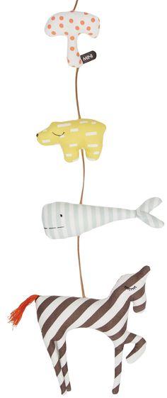 <p>OYOY mini kids staat voor kwalitatief hoogwaardige kinderkameraccessoires. Dit kussen is het het neusje van de zalm en blinkt uit in kwaliteit.<br /><br />Deze mobile heeft 4 bekende OYOY kids figuren: de paddestoel, knut, de walvis en een eenhoorn. Ze hangen aan een leren veter en de figuren zijn gemaakt van een fijne twill. De eenhoorn is 17 x 17 cm en knut 10 x 6 cm. </p>