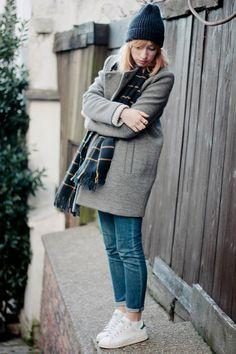 jean + chaussures blanche + écharpe et bonnet + manteau