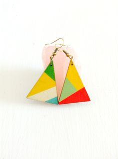 Boucles d'oreilles géométriques - Triangle en bois peint : Boucles d'oreille par isis-bijoux