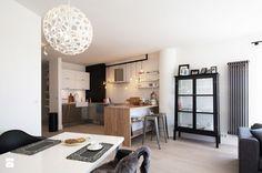 Ciekawa kuchnia z połączeniem drewna i kuchni na wysoki połysk w delikatnych kolorach.  Całe mieszkanie : http://www.homebook.pl/profil/soma-architekci/projekt-apartament-skandynawski?psize=xl