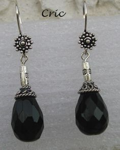 Pour Bérangère...    Un pendentif autour d'un cabochon d'onyx noir facetté, rocailles noires et charlottes argentée