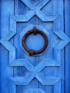 ♥ Front door detail More Blissful blue doors. So cheerful, beautiful and bright. My front door went from yellow, to. Old Doors, Windows And Doors, Knobs And Knockers, Unique Doors, Himmelblau, Love Blue, Blue Yellow, Color Azul, Chinoiserie