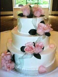 Calumet Bakery Wedding cake with edible pearls and fresh roses.