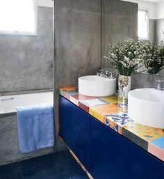Gostei do mosaico na bancada e do azul marinho dos móveis, contrastando com o cimento queimado das paredes