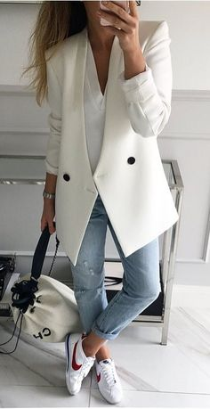 Cool 79 Trending Fall Urban Women Fashion Ideas to Makes You Look Gorgeous. More at http://aksahinjewelry.com/2017/10/11/79-trending-fall-urban-women-fashion-ideas-makes-look-gorgeous/