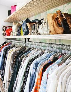 Tente deixar o máximo de itens que você conseguir à mostra. Uma boa dica é guardar as bolsas de lado, para otimizar o espaço.