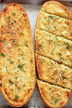 garlic bread Easy Garlic Bread Recipe - the best and easiest side dish to pasta dinner or soups! Crispy, warm bread with buttery garlic topping is even better made at home. Make Garlic Bread, Homemade Garlic Bread, French Garlic Bread, Healthy Garlic Bread, Garlic Bread Pizza, Dinner Side Dishes, Side Dishes Easy, Italian Side Dishes, Dinner Sides
