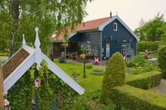 Haus in Nederhorst den Berg, Niederlande. Our charming cottage is located just 25 minutes from Amsterdam, 10 minutes from Hilversum and 15 from Utrecht. Our garden house is situated in 'het Gooi', surrounded by   beautiful nature. It has it's own entrance and it's only available for one g...