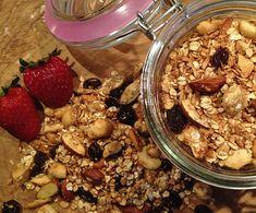 Honningristet müsli med masser af fuldkorn, mandler, cashewnødder, kokos, rosiner og hjemmelavet æblechips - sund, knasende og 100% sukkerfri!