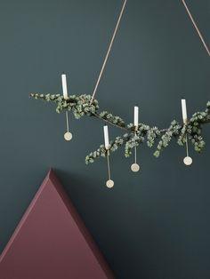 DIY Bougeoirs en laiton poli mat, posés sur une branche de sapin suspendue - Ferm Living