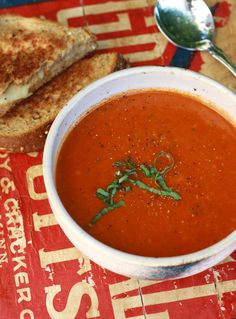 Tomate soup with basil. Sopa de tomate y albahaca.