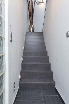 Volg de interieurtrends en kies voor de stoere betonlook! Het blokmodel in combinatie met het NEWstairs Stone Rustic trapdecor zorgt voor een strakke en industriële uitstraling.