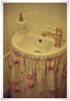 Madame Petite - Photography - Styling: A small toilet ... in an English cottage style!