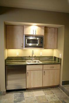 Une petite cuisine aménagée dans un recoin du séjour