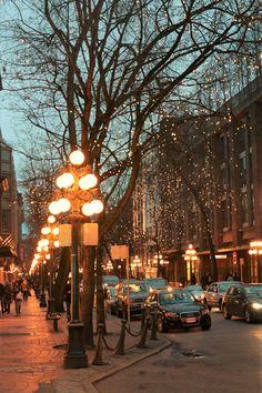 Gastown, Vancouver - o bairro mais charmoso da cidade - Flight, Travel Destinations and Travel Ideas Canada Vancouver, Visit Vancouver, Vancouver City, City Aesthetic, Travel Aesthetic, Places To Travel, Places To Visit, Canada Destinations, Canada Travel