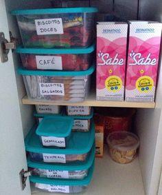 Acomode as embalagens de biscoitos ou mantimentos já abertas em potes com tampa.