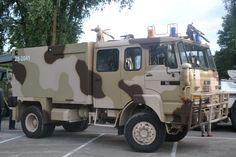 Militair voertuig op parkeerplaats dorpstraat Zoetermeer.
