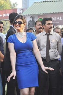 Zarine Khan at The Nakshatra Indian 2000 Guinease Race.