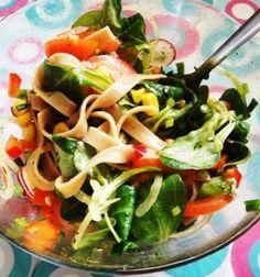 Salatka z makaronu zbozowego - Receta vegetariana de Polonia