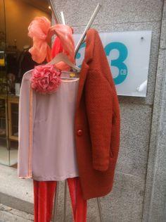 Blusa Seda Monoplaza 1̶9̶5̶/156€ Pantalón Terciopelo Monoplaza 2̶2̶5̶/180€ Abrigo Naranja 2̶5̶0̶ /150€ Tocado Hecho a mano 9̶9̶/ 79.2€ Flores Seda 3̶7̶/ 29,6€