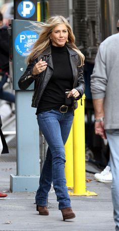 jennifer aniston style How To Get Jennifer Anistons Signature Style Celebrity Summer Style, Celebrity Style Dresses, Celebrity Style Guide, Celebrity Style Inspiration, Mode Inspiration, Celebrity Fashion Casual, Style Summer, Jennifer Aniston Style, Jenifer Aniston