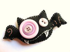 Funny felt bat Halloween decorations-- felt and buttons, craft for kids. Halloween Ornaments, Felt Ornaments, Holidays Halloween, Halloween Crafts, Holiday Crafts, Halloween Decorations, Halloween Images, Homemade Halloween, Felt Diy