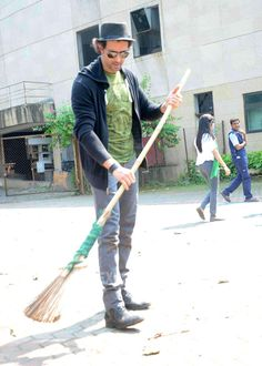 Hrithik Roshan displayed his support towards the Clean India initiative. #Bollywood #Fashion #Style #Handsome