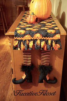 HALLOWEEN Witches Legs Table Runner ... Great by KreativeKloset Casa Halloween, Halloween Sewing, Fall Sewing, Halloween Quilts, Halloween Witches, Halloween Crafts, Halloween Decorations, Table Runner And Placemats, Table Runner Pattern