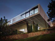 Ein minimalistisches eingeschossiges Haus mit viel Holz verkleidet