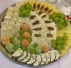 Käseplatte Cheese plate (recipe with picture) of cooked smoked meat Party Finger Foods, Snacks Für Party, Finger Food Appetizers, Appetizer Recipes, Brunch Buffet, Party Buffet, Party Platters, Food Platters, Carne Defumada