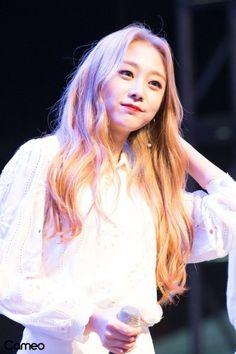 Lovelyz - Jisoo Kpop Girls, Disney Characters, Fictional Characters, Aurora Sleeping Beauty, Game Of Thrones Characters, Long Hair Styles, Disney Princess, Long Hairstyle, Long Haircuts