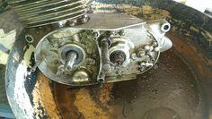 Haciendo uso de la paellera vieja, gasolina y paletina, empezamos a limpiar el motor.