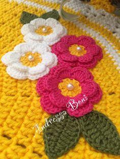Lindo jogo de banheiro composto por 3 peças, confeccionado em barbante Max color  Com aplicações de delicadas flores  Pronta entrega!