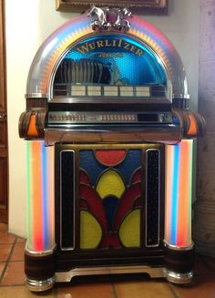 Vintage Wurlitzer 1050 Jukebox (year of manufacture unknown). Plays fifty 45 rpm records, both sides.