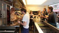 Grillé. 15, rue Saint-Augustin, IIe. Carte: 8-10€. Le restaurant est ouvert du lundi au vendredi de 11h30 à 18h00.